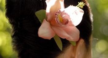 สวยง่าย ๆ ด้วยทรงผมออกงานประดับดอกไม้หวาน
