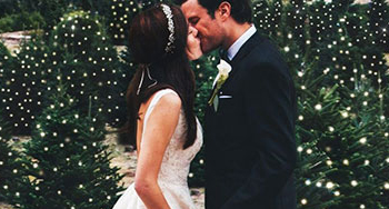 โรแมนติกสุดใจ กับงานแต่งงานกลางสวนต้นคริสต์มาส