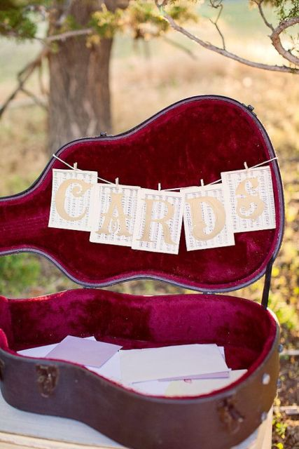 22-Funny-Wedding-Guitar-Décor-Ideas