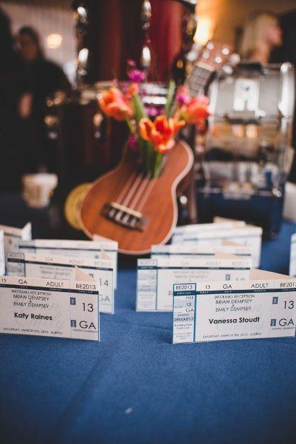 22-Funny-Wedding-Guitar-Décor-Ideas12