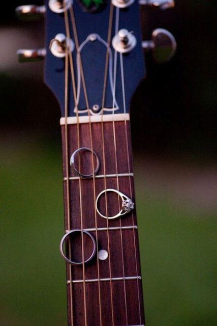 22-Funny-Wedding-Guitar-Décor-Ideas2