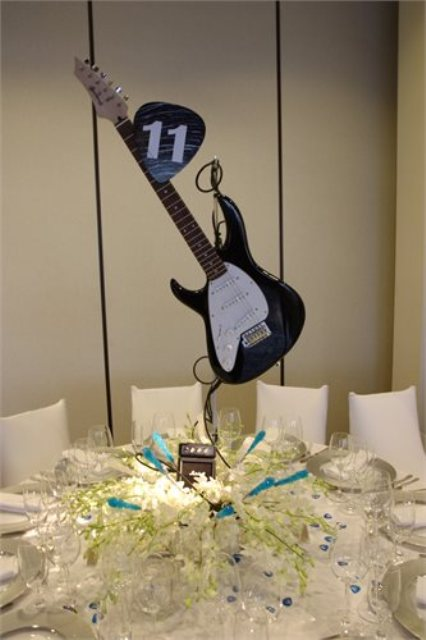 22-Funny-Wedding-Guitar-Décor-Ideas20