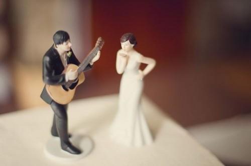 22-Funny-Wedding-Guitar-Décor-Ideas6-500x332