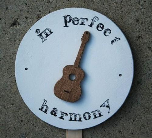22-Funny-Wedding-Guitar-Décor-Ideas7-500x452