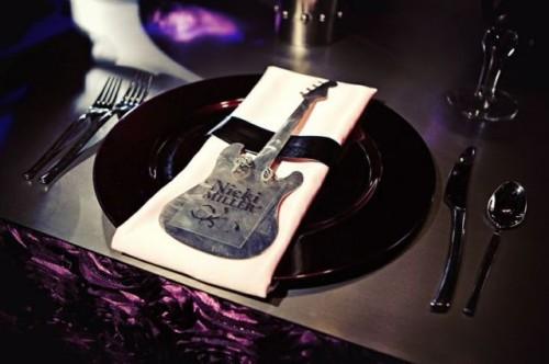 22-Funny-Wedding-Guitar-Décor-Ideas8-500x332
