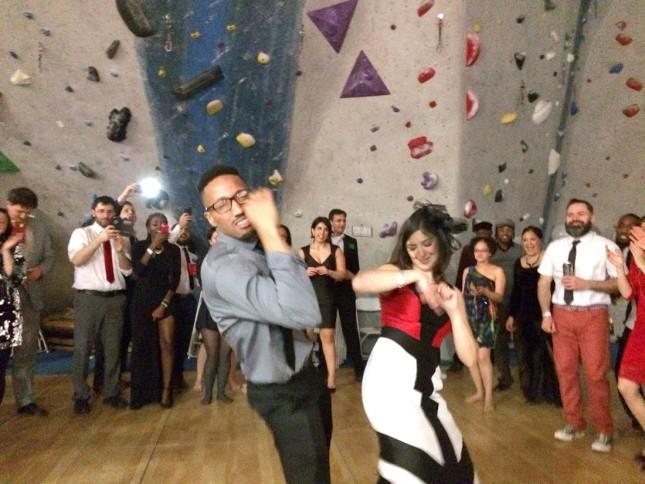 ไอเดียล้ำๆ คู่รักจัดงานแต่งงานในยิมและถ้ำปีนเขาจำลอง